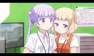 「NEW GAME!」第08話より 青葉ちゃんの影に隠れるねねっち 何だかんだで青葉ちゃんの方がしっかりしているようです